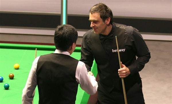 Ding shakes hands with O'Sullivan (credit:Nigel French/PA Images)