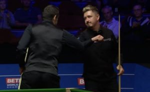 Kyren Wilson fights back to narrowly trail Ronnie O'Sullivan in World Snooker Championship final